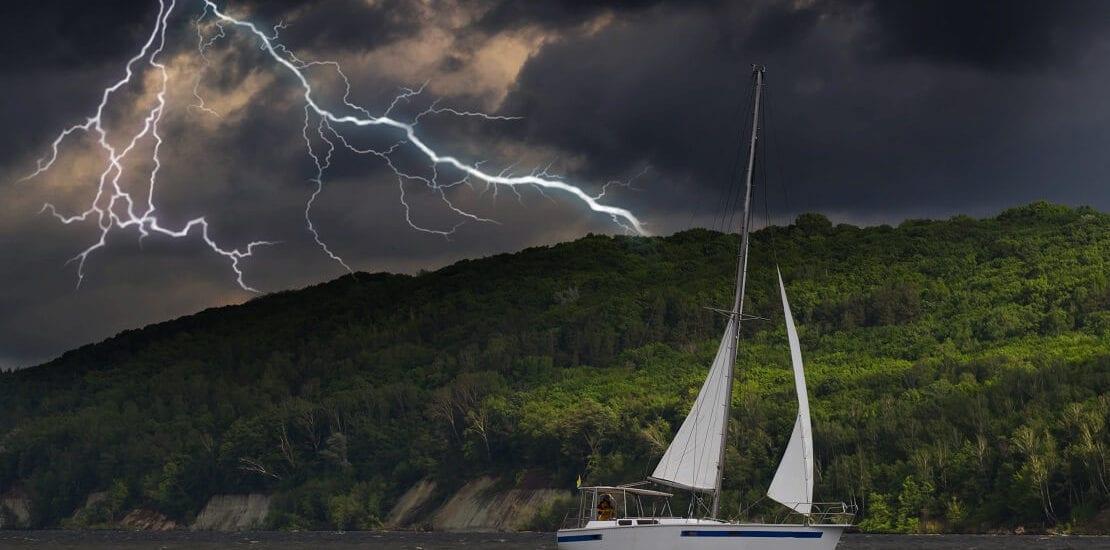 Wie schützen Segler sich vor Blitzeinschlag?
