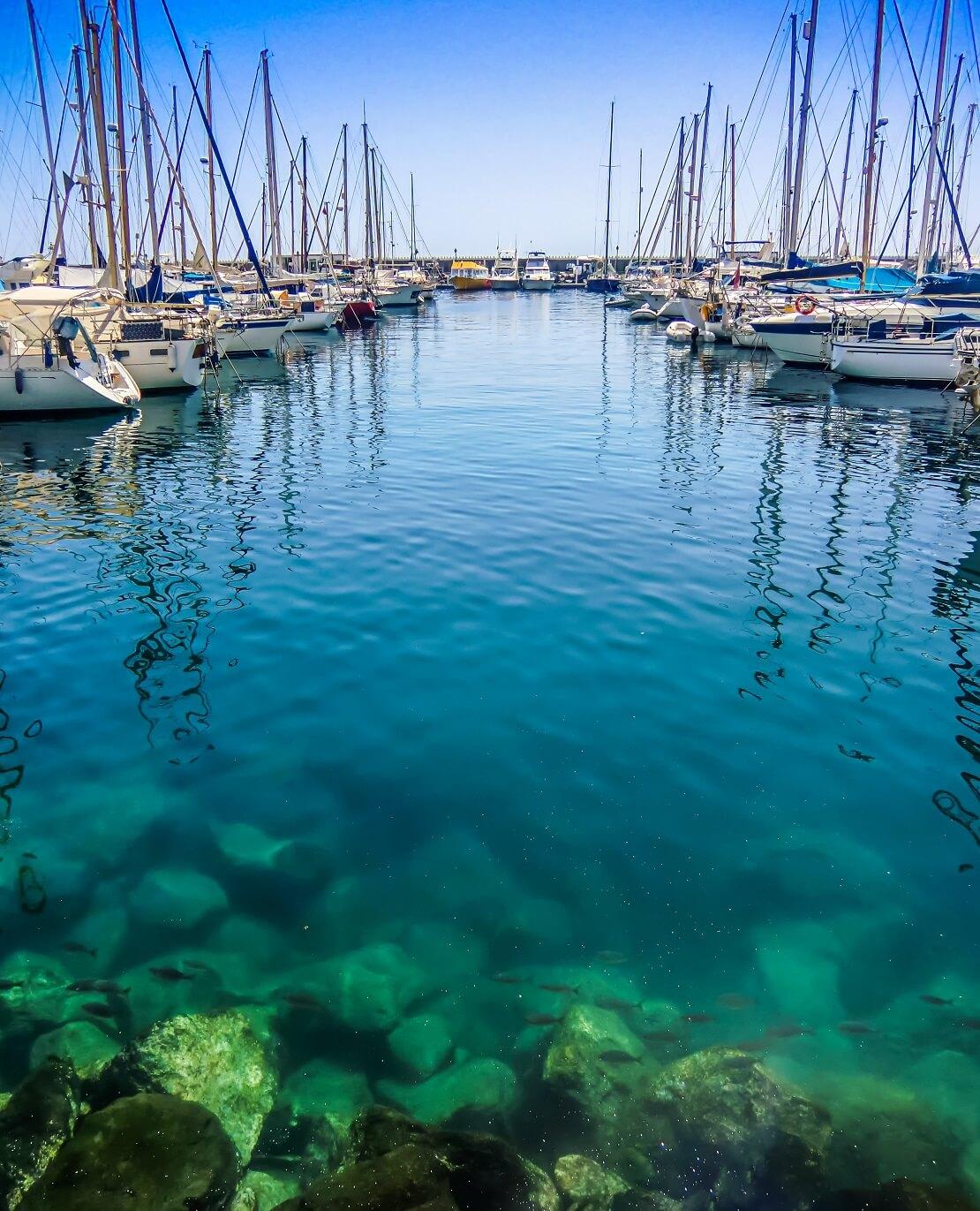 Hafen mit klarem Wasser und Segelbooten