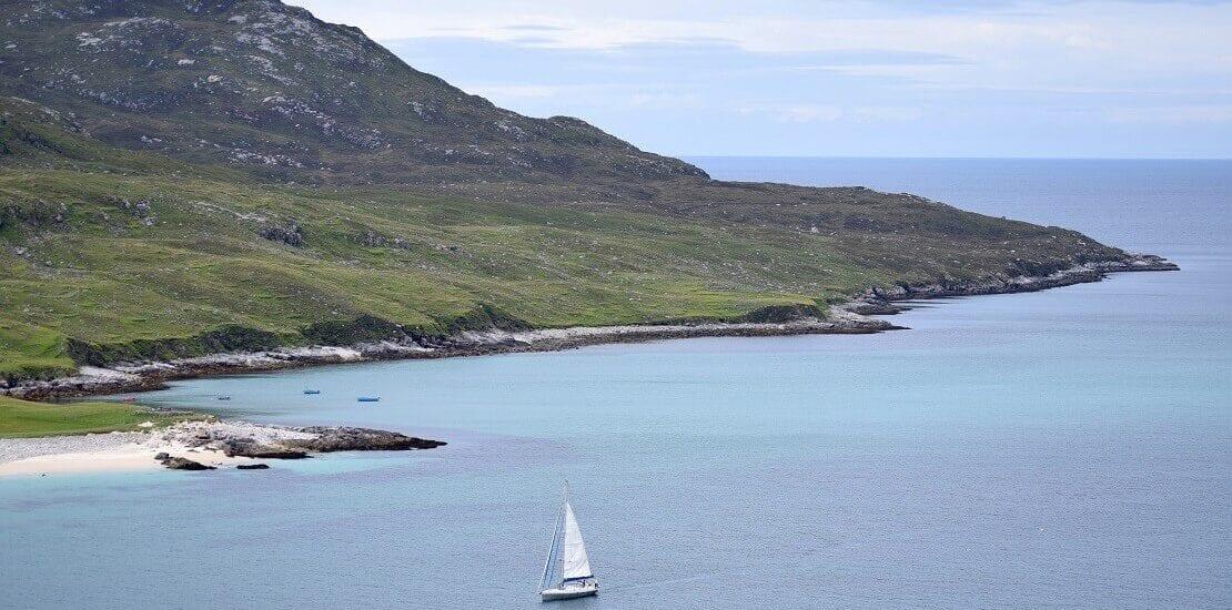 Ruhiges Segeln entlang der schottischen Hebriden