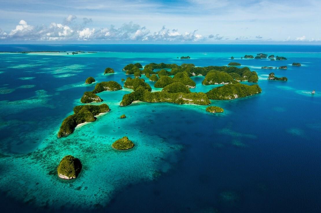Kleine Inseln im blauem Meer