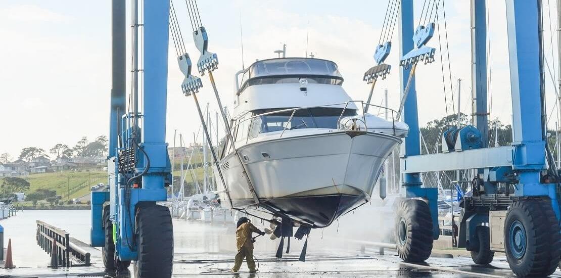 Auskranen des Segelbootes: Jedes Jahr ein Abenteuer
