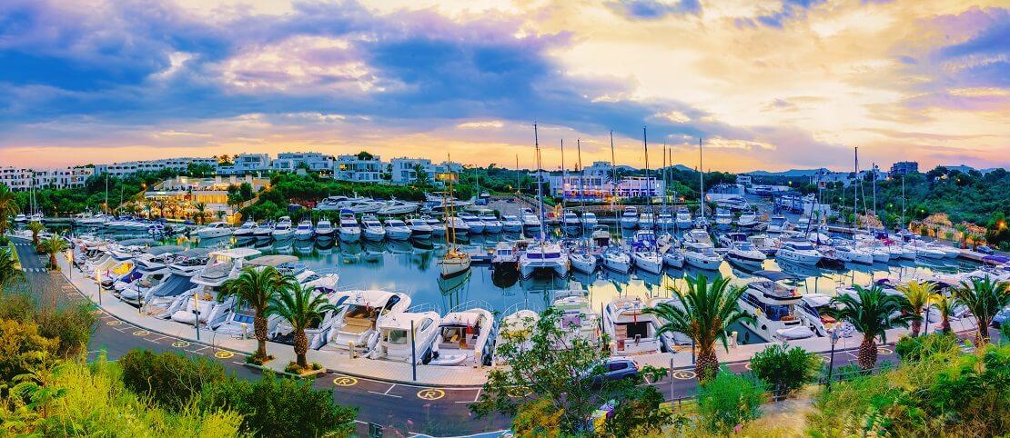 Anlegen an der Küste von Palma de Mallorca am Hafen Calanova