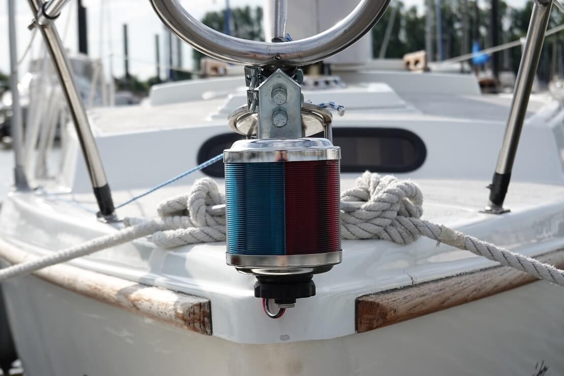 positionslichter an einer Reling eines Bootes befestigt