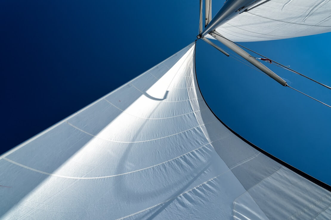 Perspektive vom Boot hoch zu den Segeln