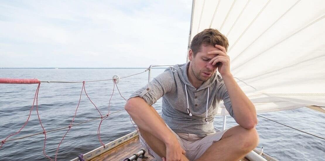 Wenn das Segeln krank macht: Ursachen und Umgang mit der Seekrankheit