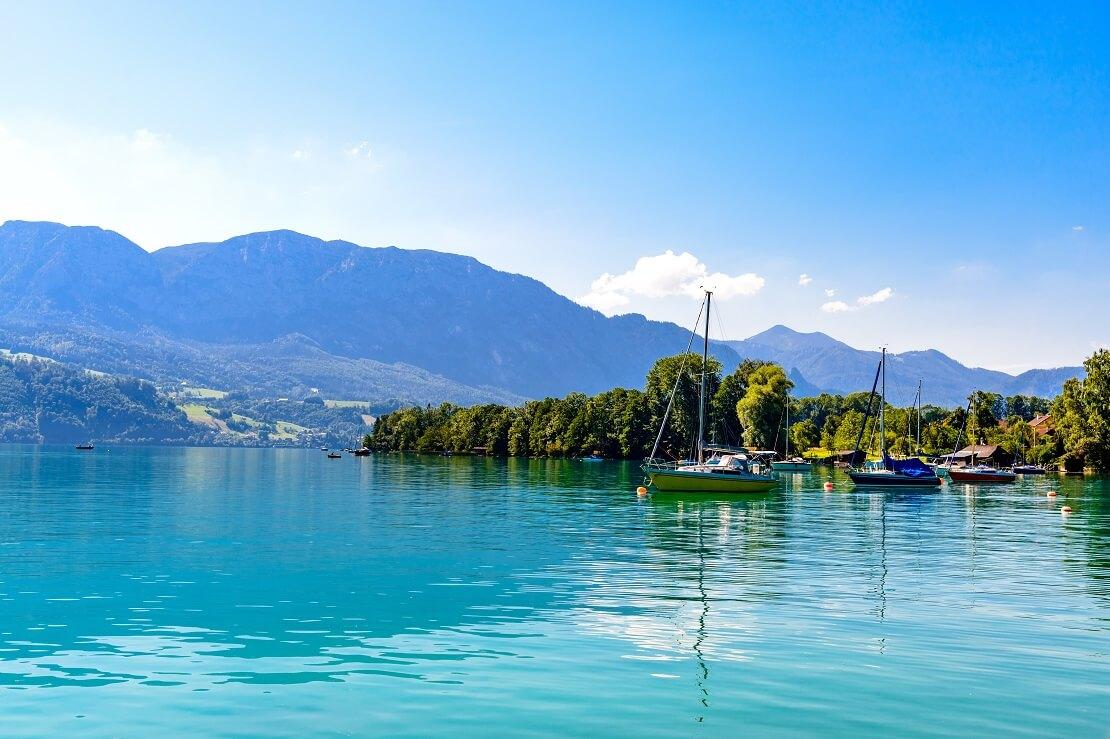 Segelboote auf einem türkisen See im Hintergrund sind die Berge