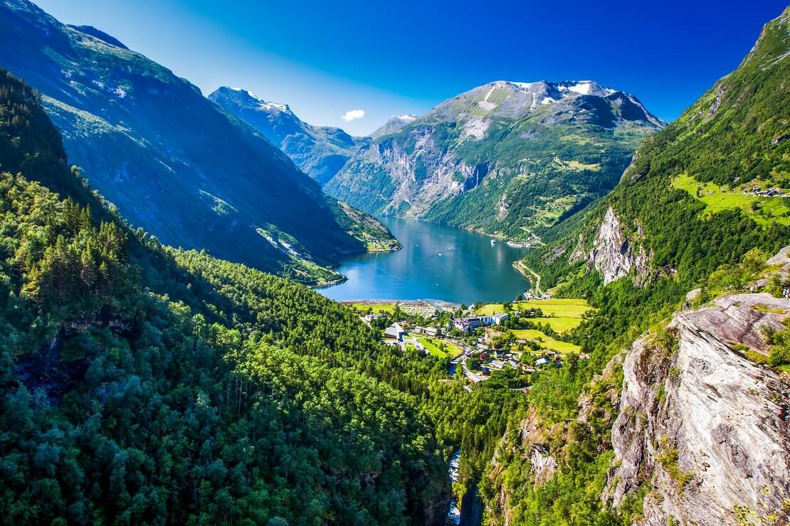 Große Berge durch welche ein Fjord hindurchläuft
