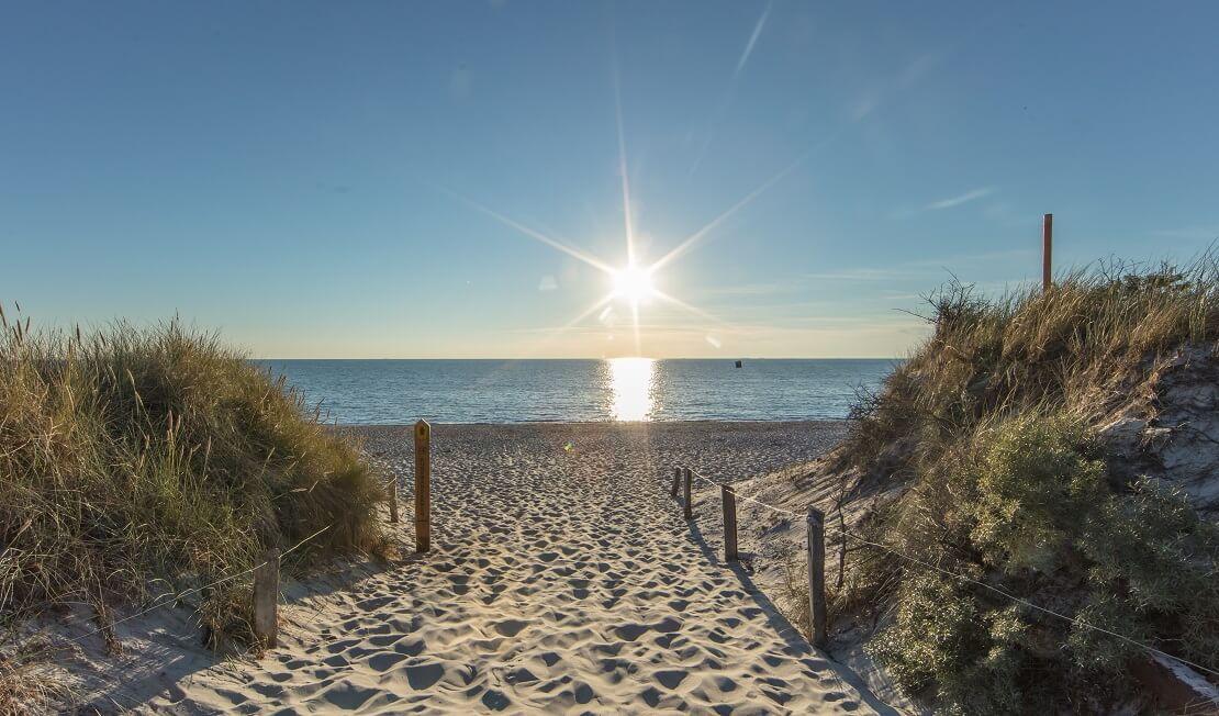 Küste mit Sand bei Sonnenuntergang