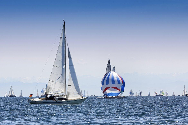 Segelboote Segeln auf einem See