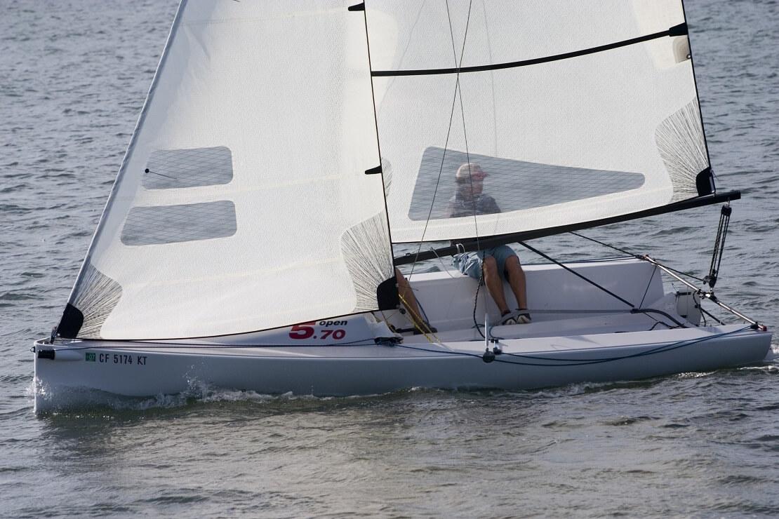 Segelboot auf dem Wasser mit zwei Personen darauf