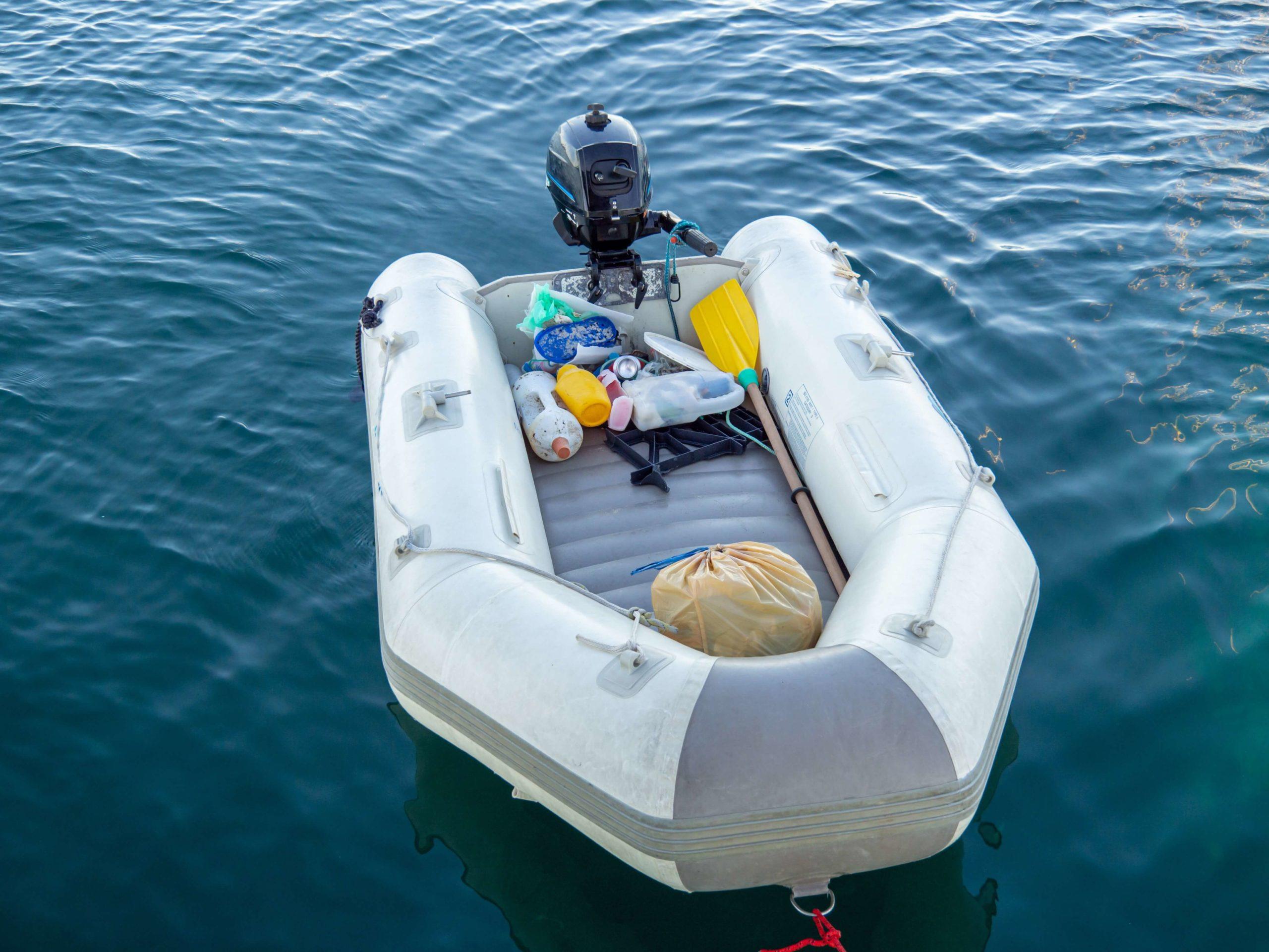 Schlauchboot beladen mit Müll auf dem Wasser