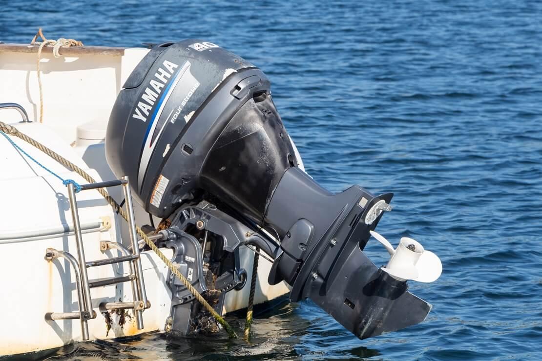 Der Motor von einem Boot ist hochgestellt