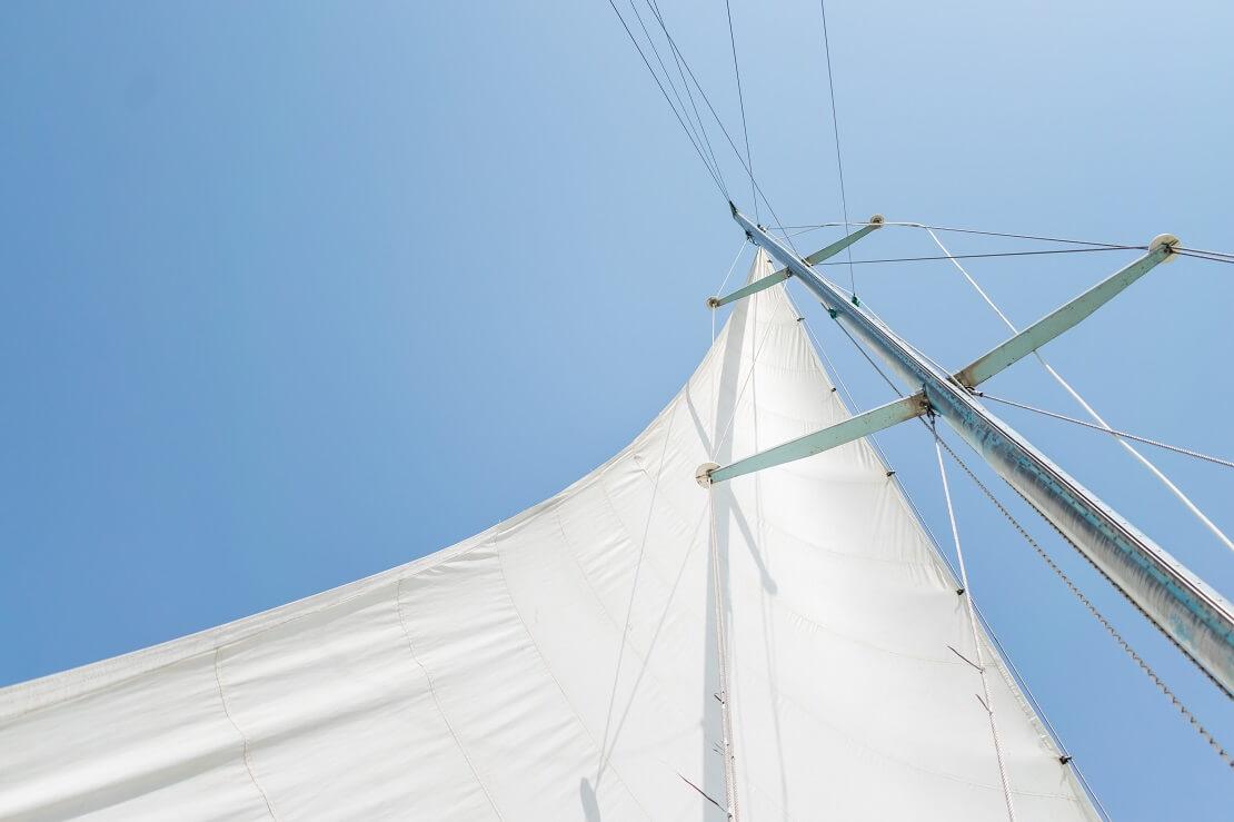 Geöffnetes Segel an einem Mast