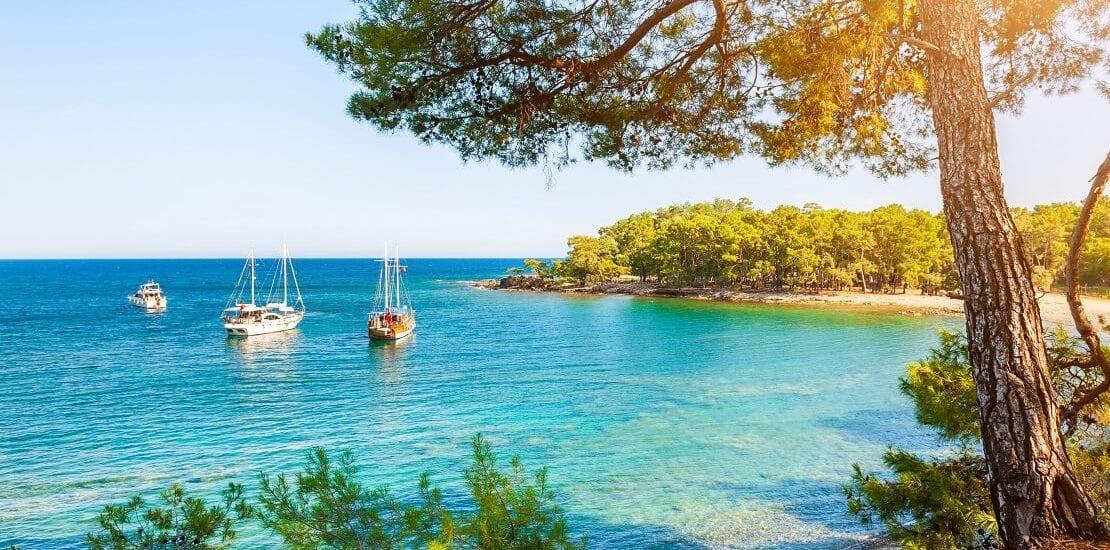 Schöne Buchten erkunden beim Umsegeln der Türkei