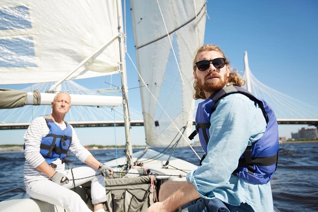 Segler sitzen auf einem Boot