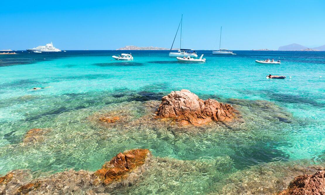 Boote segeln auf glasklarem blauen Wasser