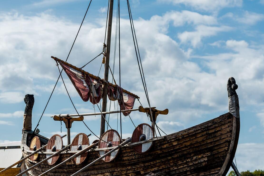 Altes Wikingerschiff mit blauem Himmel und Wolken