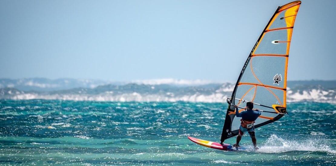 Windsurfen: Über das Wasser segeln mit einem Board