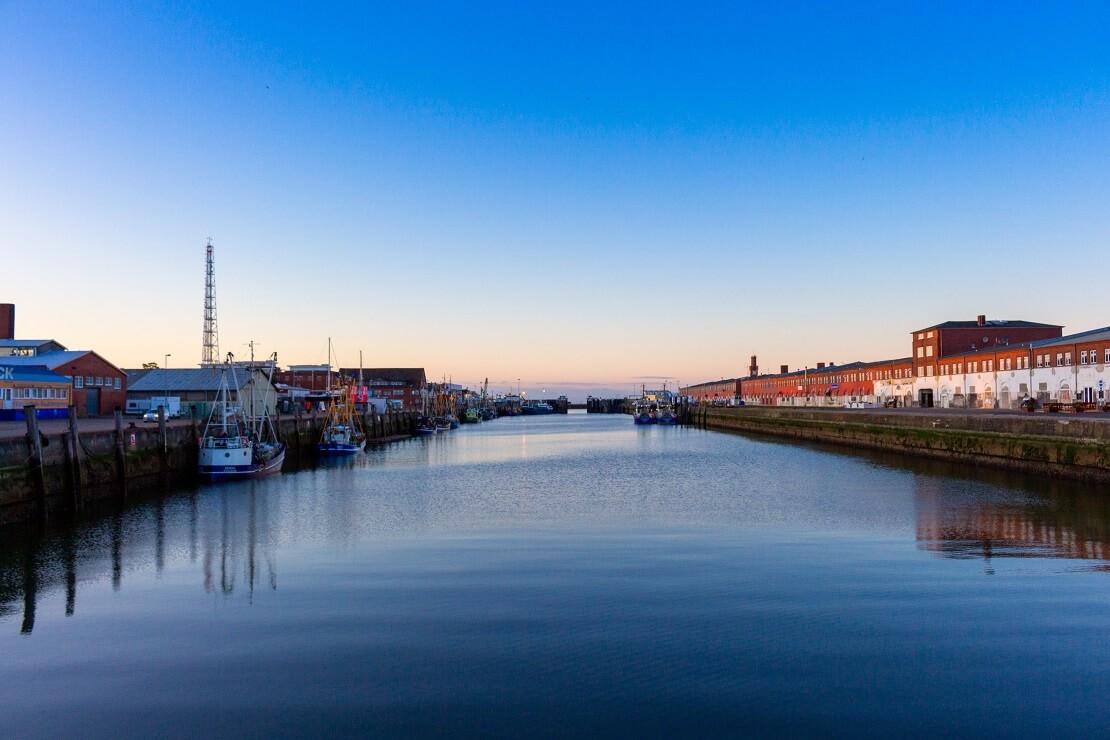Kanal mit Segelbooten und Häusern