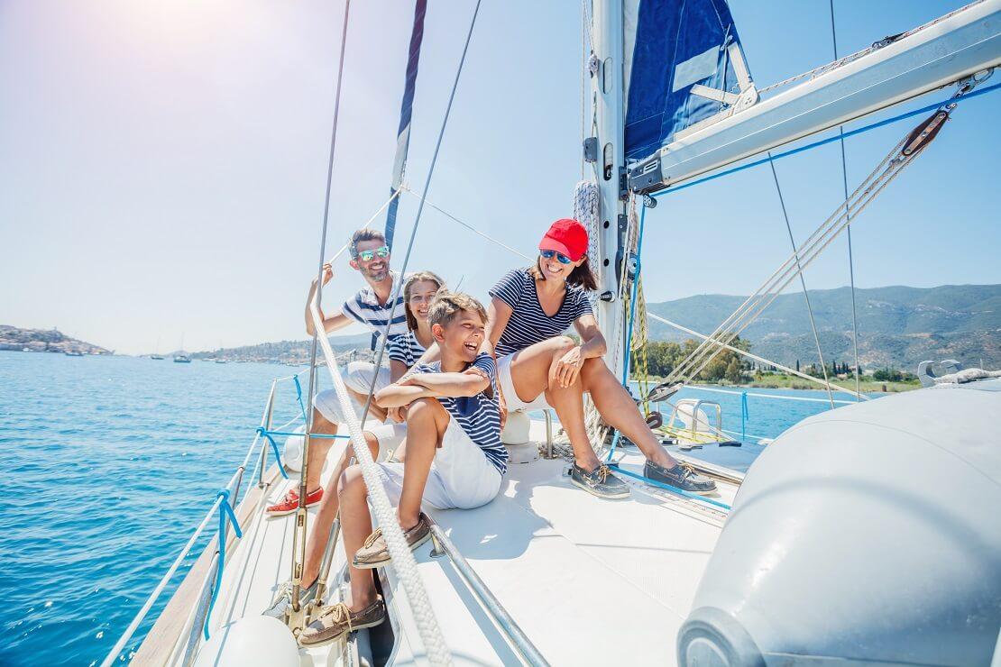 Eine Familie sitzt auf einem Segelboot
