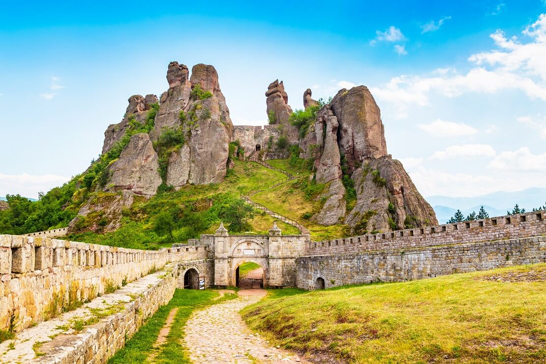 Festung in Bulgarien auf eine Berg bewachsen mit grünem Gras