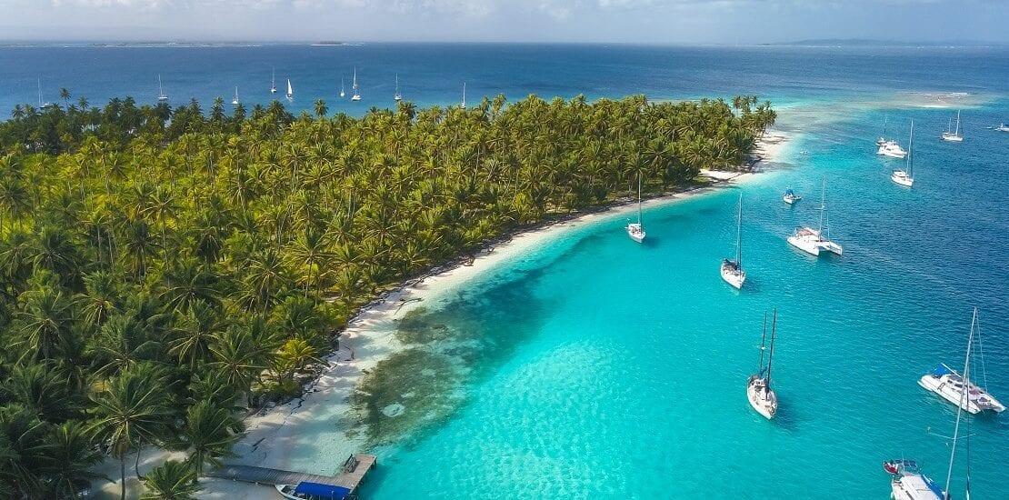 In türkisblauen Gewässern um die Inseln der Bahamas segeln