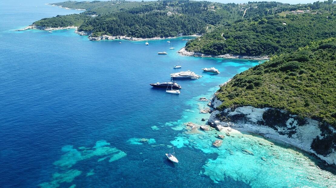 türkisblaues Wasser vor einer Küste