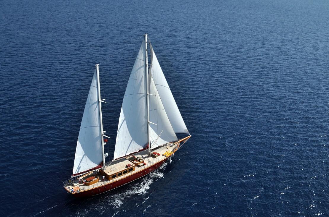 Großes Segelboot von oben