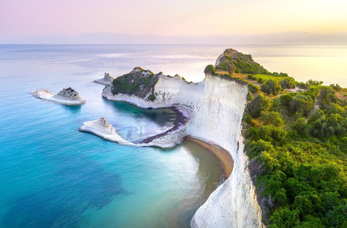 Insel Korfu mit Bergen umgeben von dem Meer