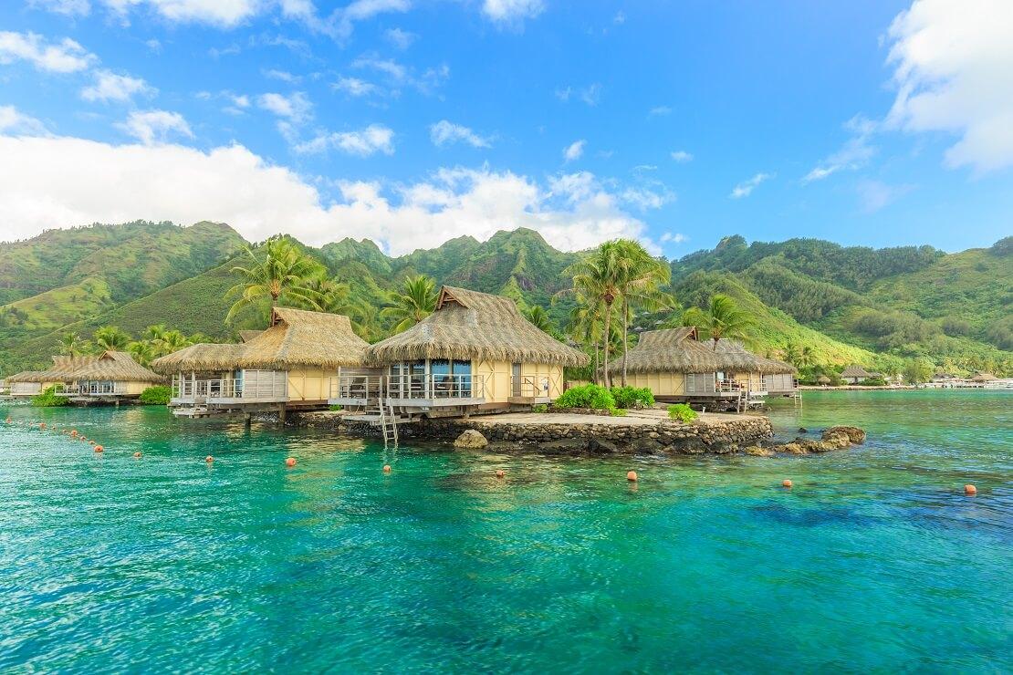 Berge und kleine Hütten auf dem Wasser