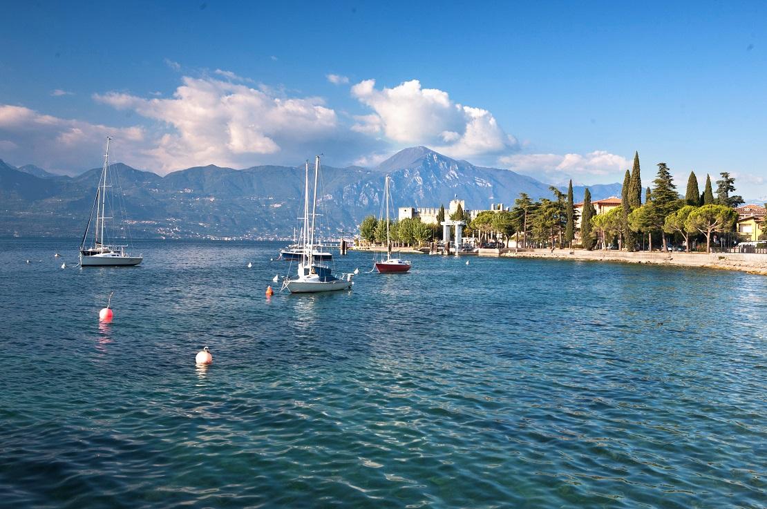 Boote segeln vor dem Gardasee in Italien