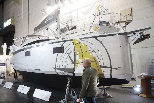 Besucher steht vor einem Ausstellungsboot
