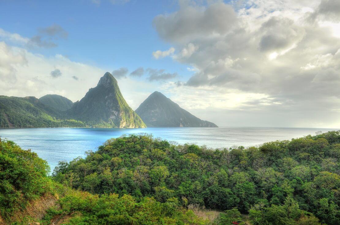Berge und Wasser bei St. Lucia