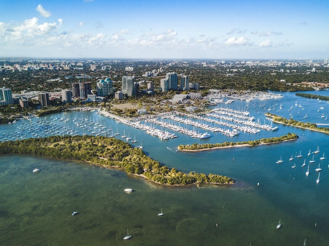 Küste von Florida mit Gebäuden und Segelbooten