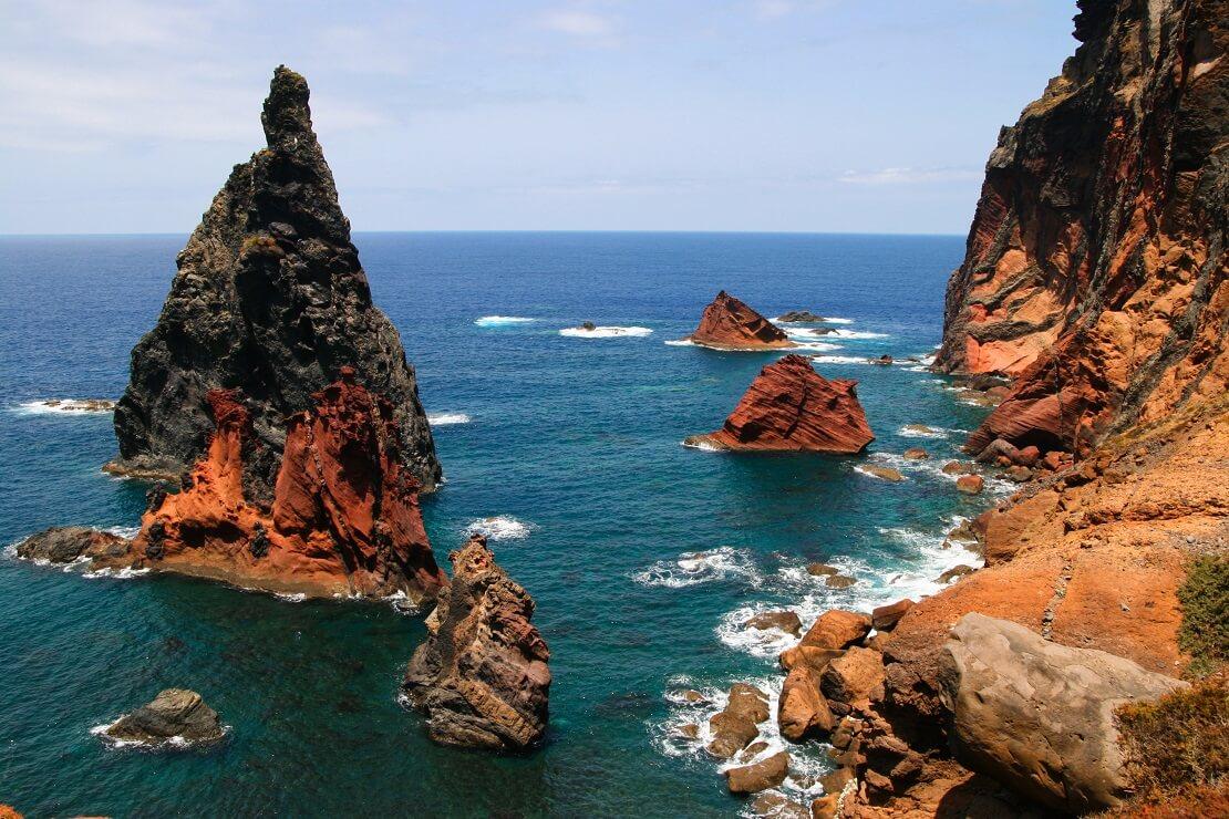 Große Felsen ragen aus dem Wasser heraus