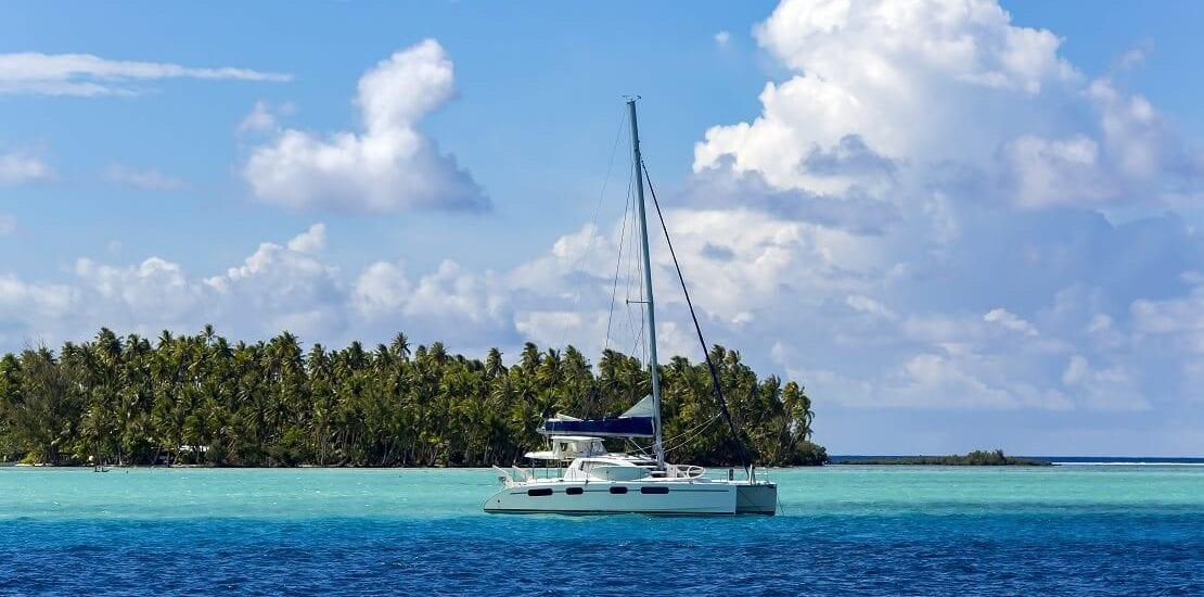 Segeln zwischen den Leeward Islands mit malerischer Kulisse