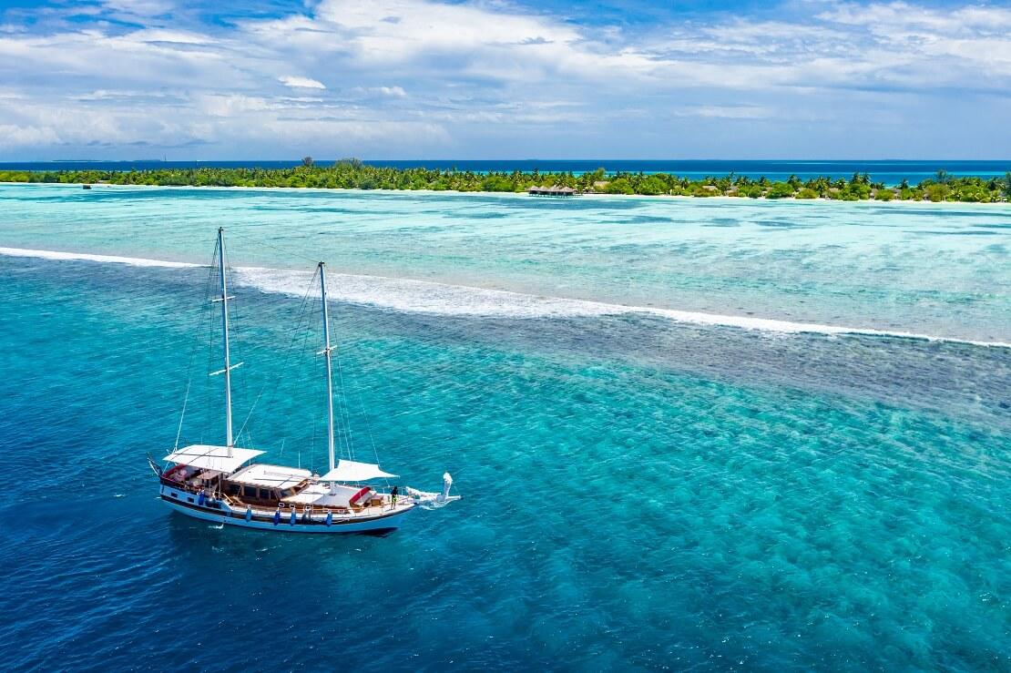 Segelboot vor der Küste von Bora Bora