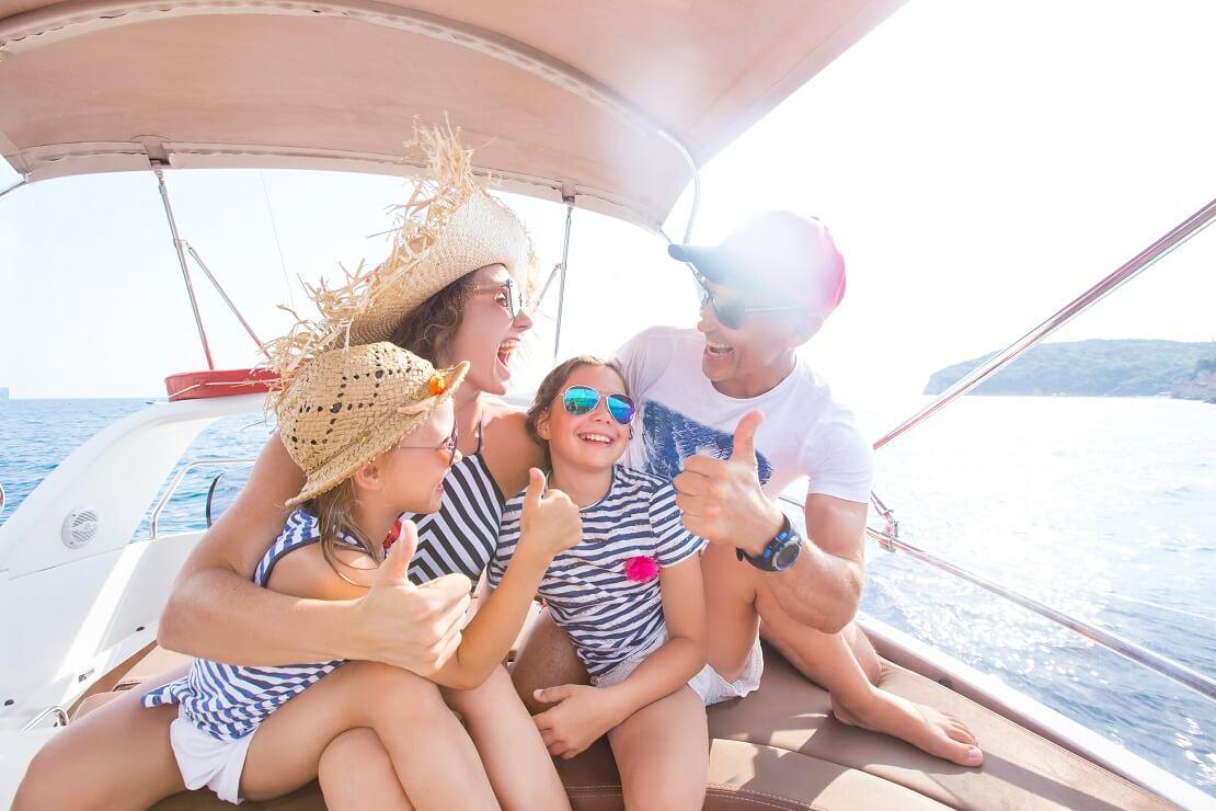 Familie auf einem Boot bei Sonnenschien