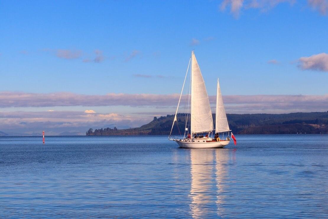Segelboot auf dem Wasser vor der Küste von Neuseeland