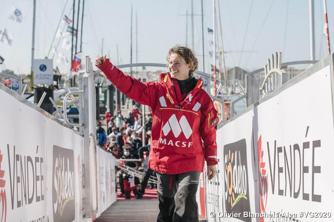 Isabelle Joschke winkt den Zuschauer im Hafen Les Sables d'Olonne zu