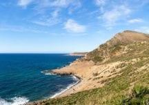 Segeln entlang der malerischen Landschaft von Tunesien