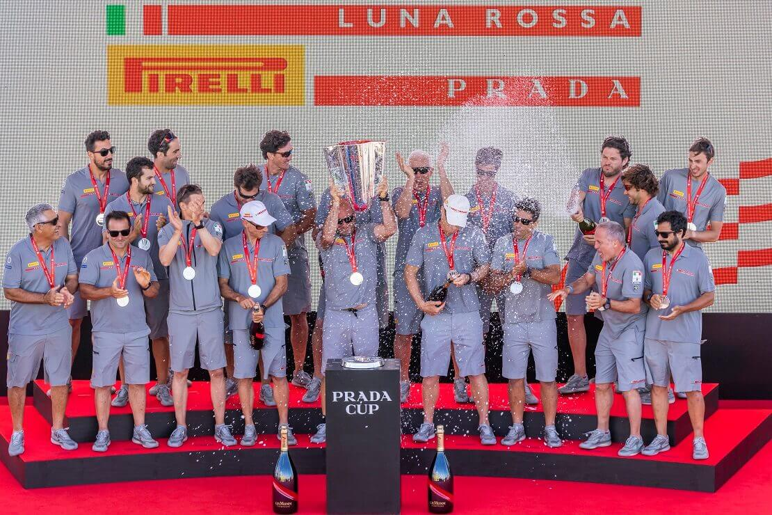 Italienisches Team Prada Pirelli feiert den Sieg beim Prada Cup