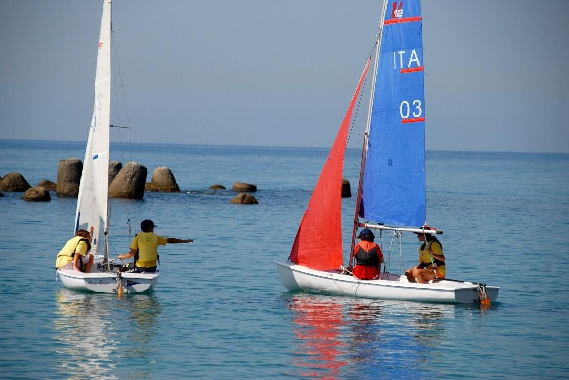 Kinder beim Segelbootrennen