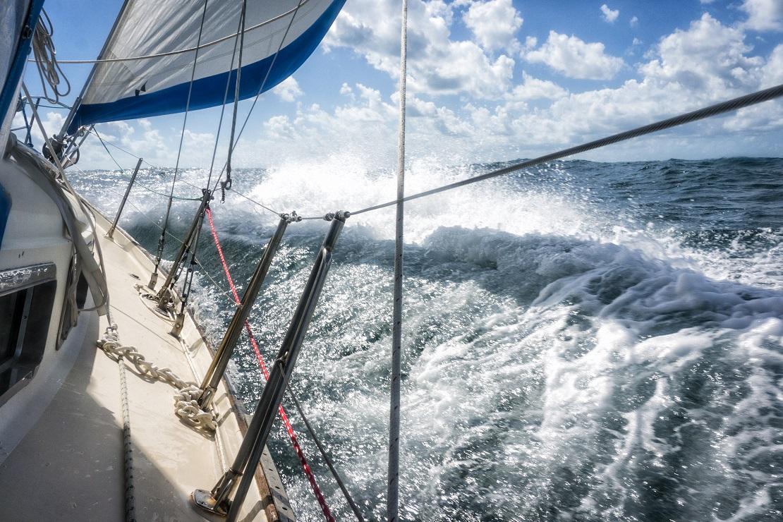Segelschiff in den hohen Wellen
