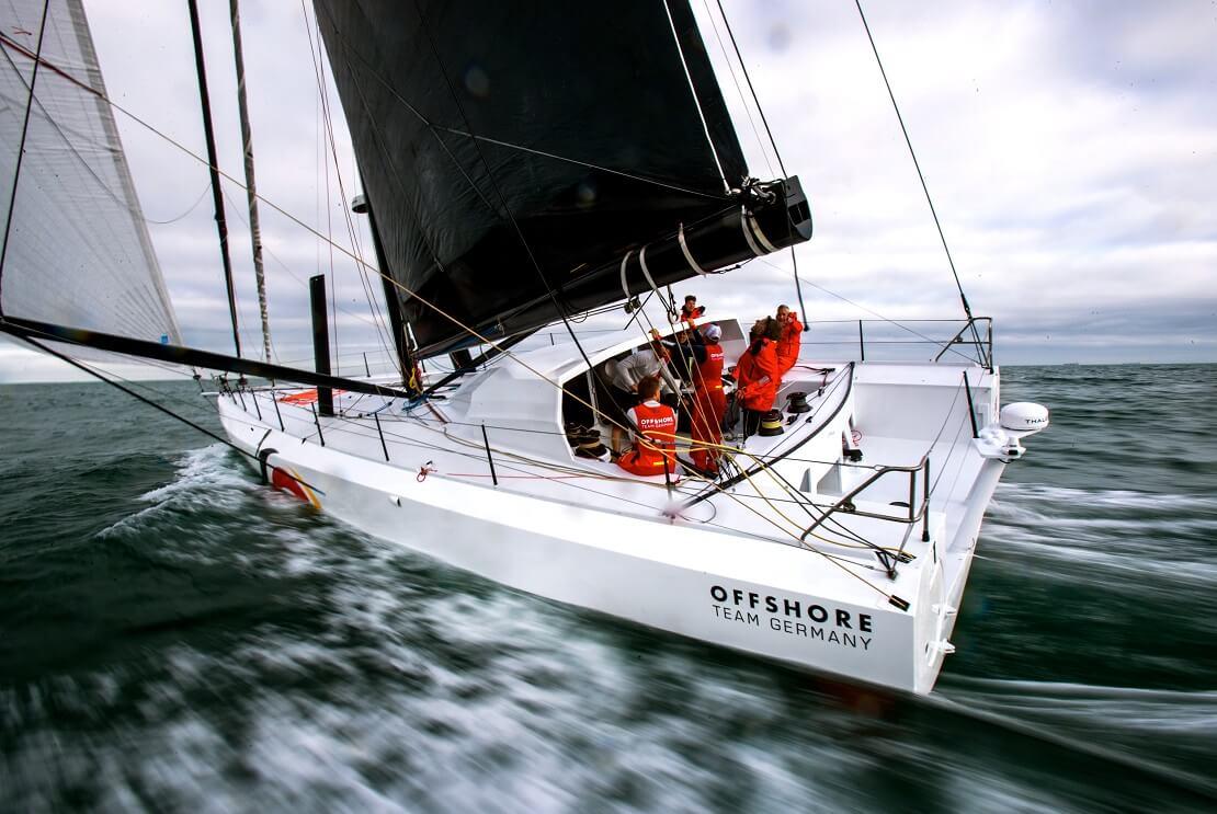 Das Boot des Offshore Team Germany saust mit der Besatzung über das Wasser