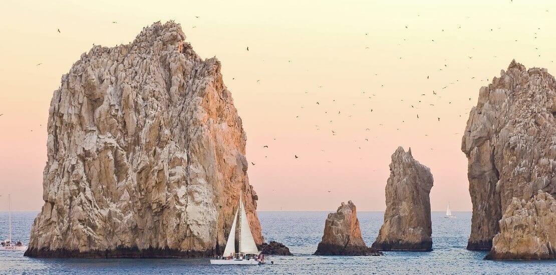 Von roten Steinküsten und weißen Sandstränden: Segeln vor der Pazifikküste Mexikos