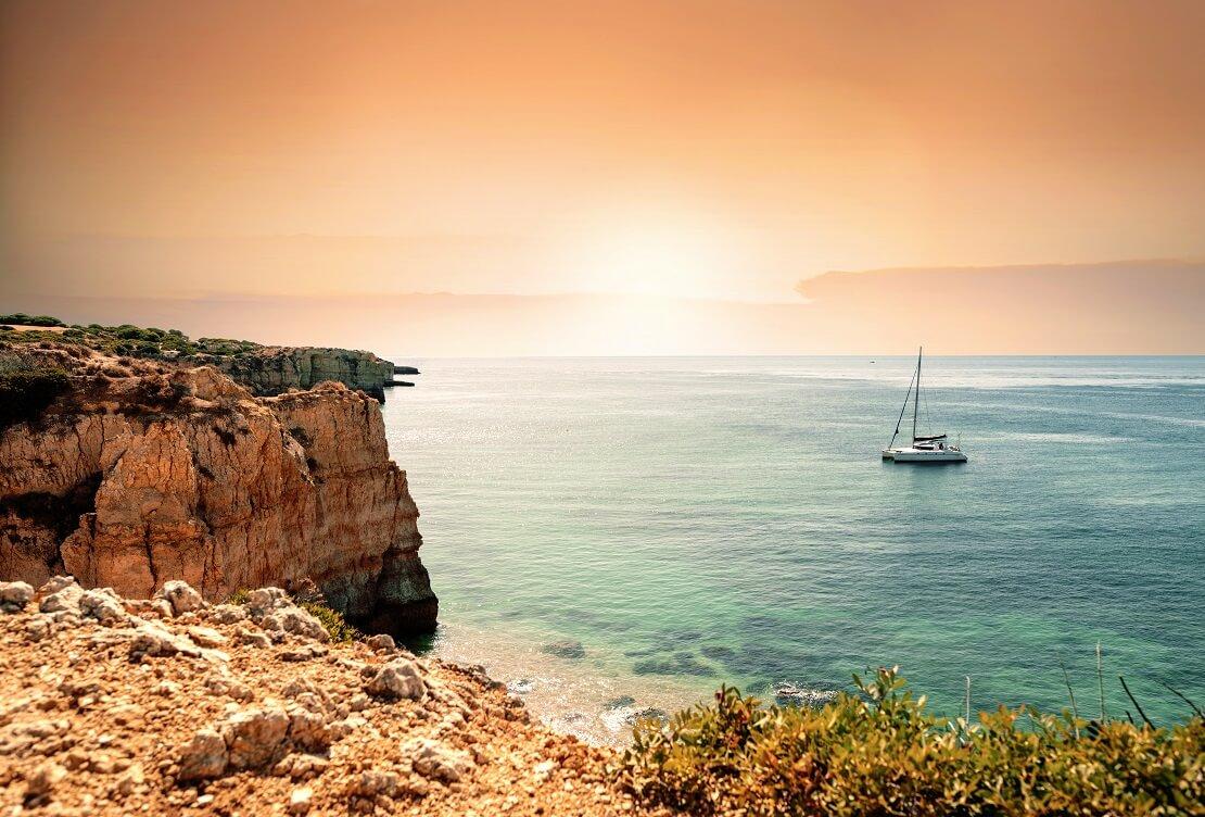 Die Algarven-Kueste mit Sonnenuntergang im Hintergrund
