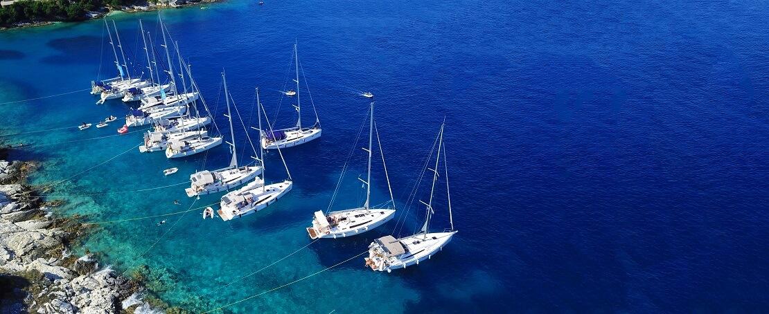 Segelboote im dunkelblauen Meer