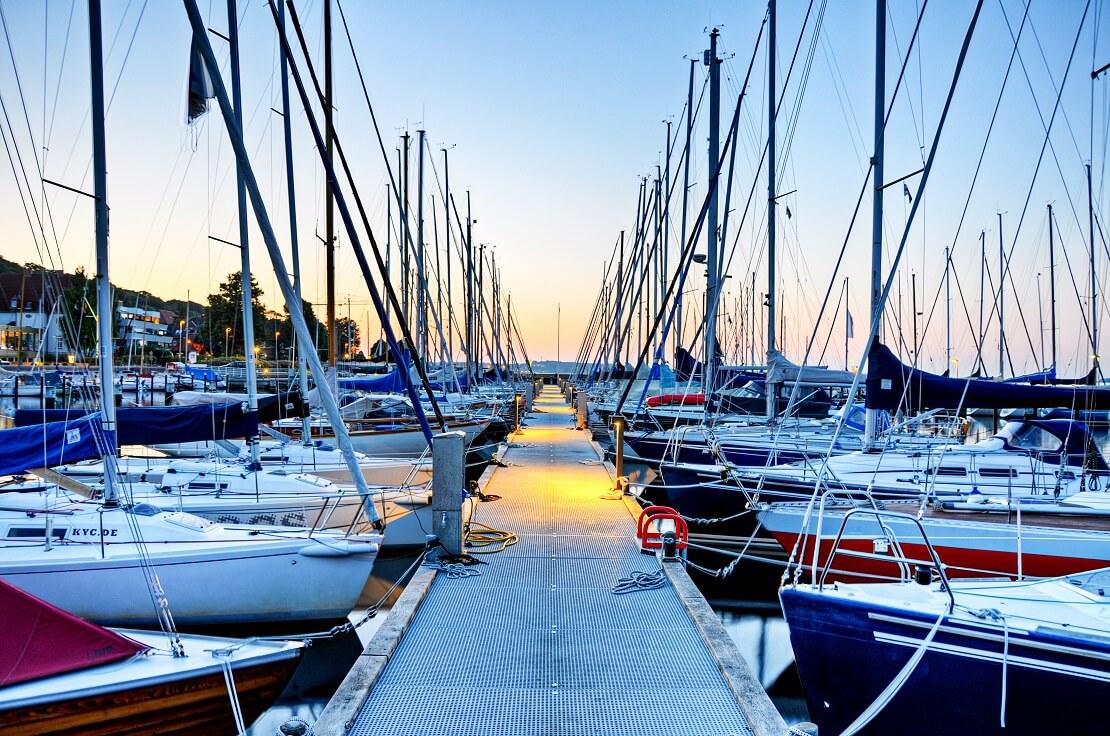 Ein Hafen mit Segelbooten