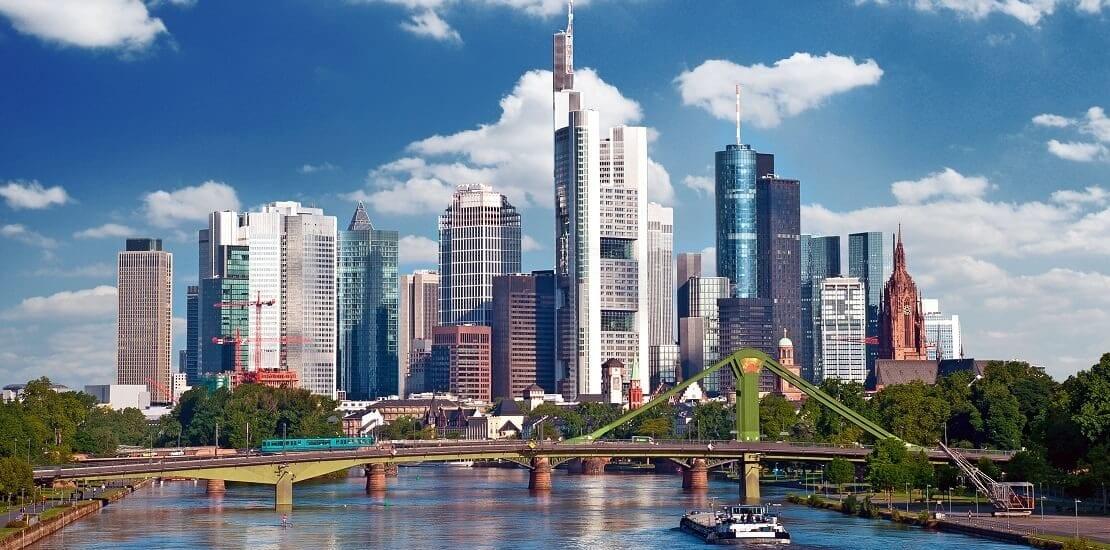 Der Main: Segeln vor der Skyline Frankfurts